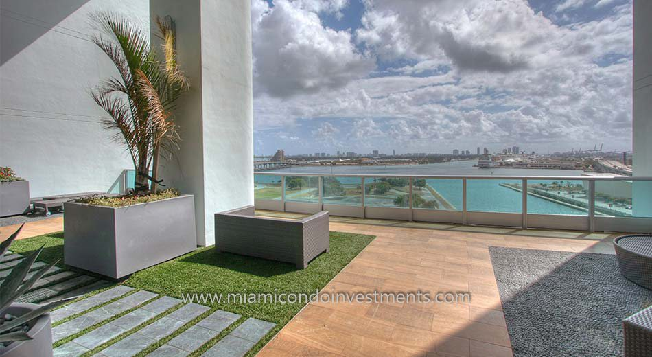 900 Biscayne Bay condos amenities deck