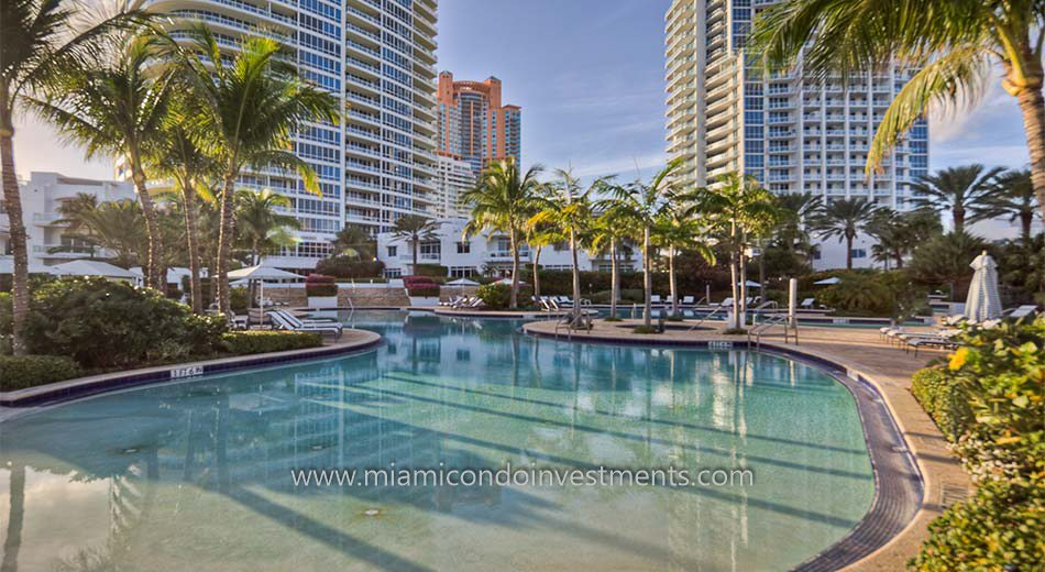 Continuum South Beach swimming pool