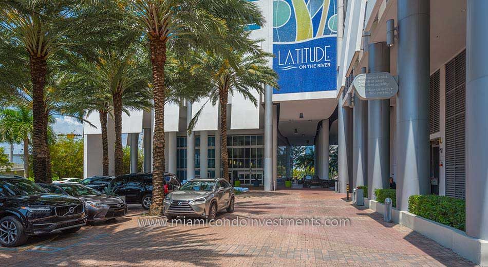 valet drop off at Latitude on the River