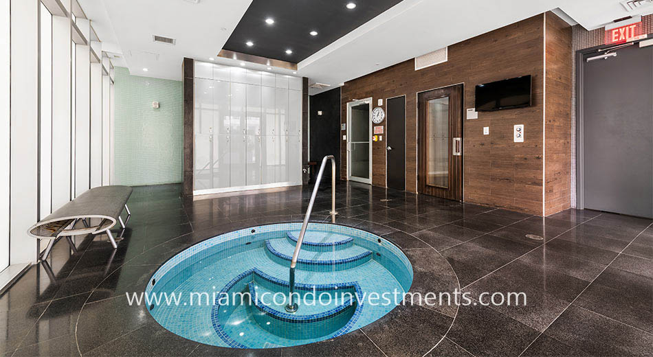 500 Brickell West Jacuzzi tub