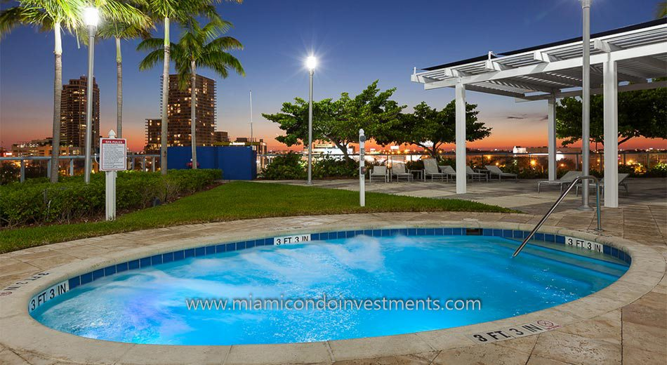 Blue Condominium hot tub