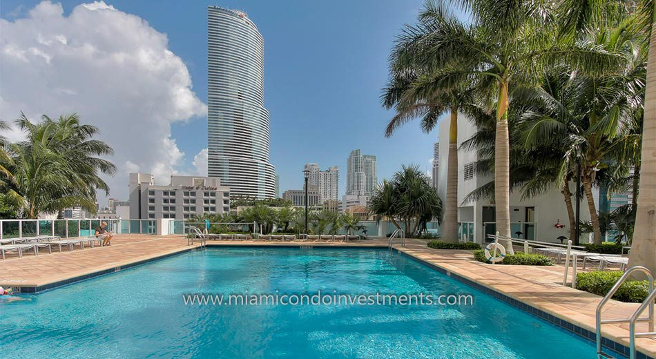 Brickell on the River North swimming pool