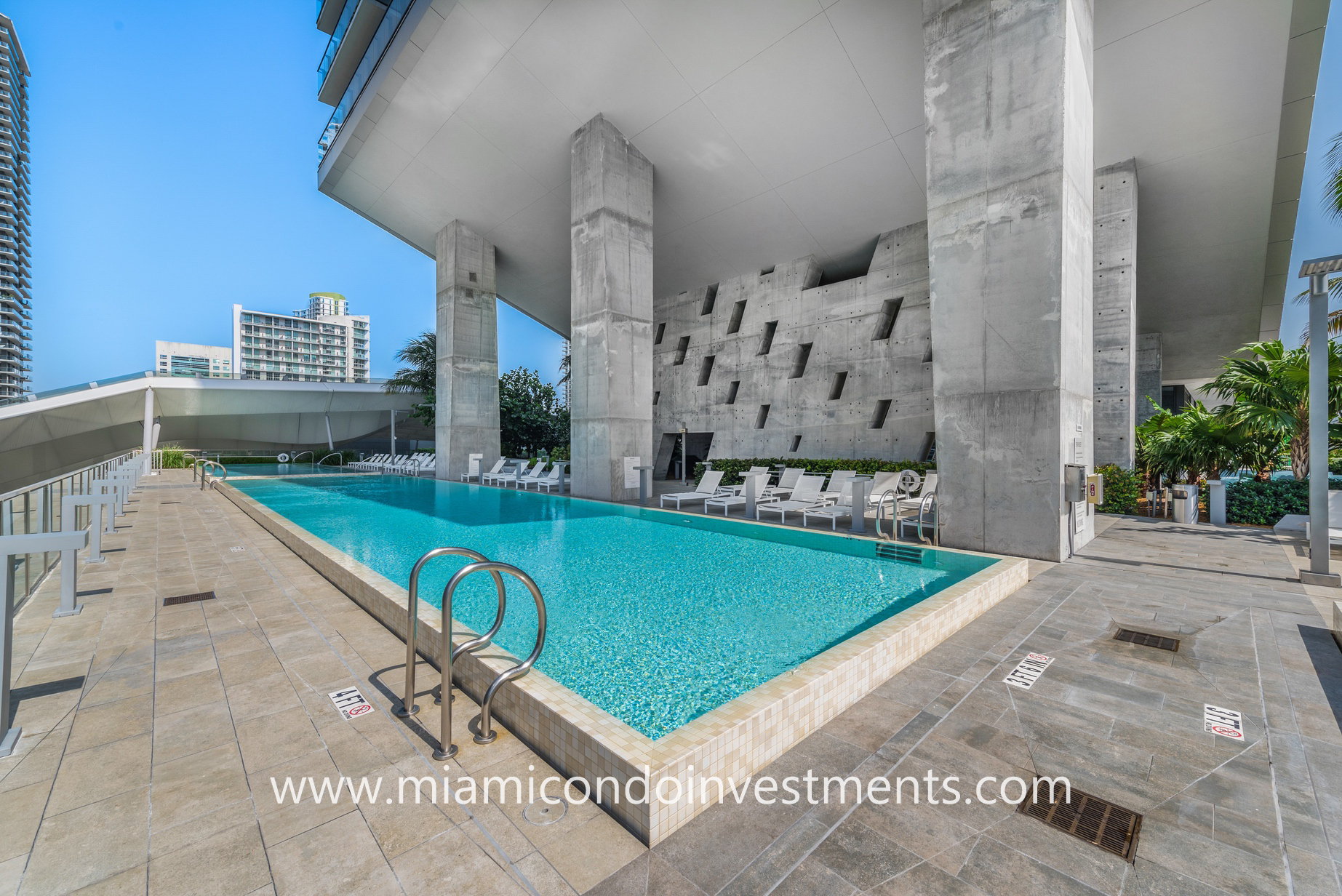swimming pool at Reach Brickell City Centre